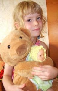 картинка девочка с игрушками