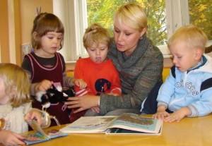 мама читает детям сказки