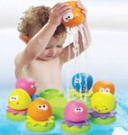 ребёнок играет в ванной -  переливает водичку