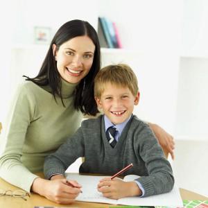 мама помогает ребёнку подготовиться к диктанту