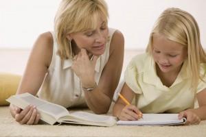 ребёнок делает домашнее задание с мамой